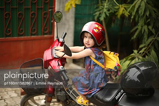Mädchen auf einem Motorrad - p1160m1582867 von Emilie Reynaud