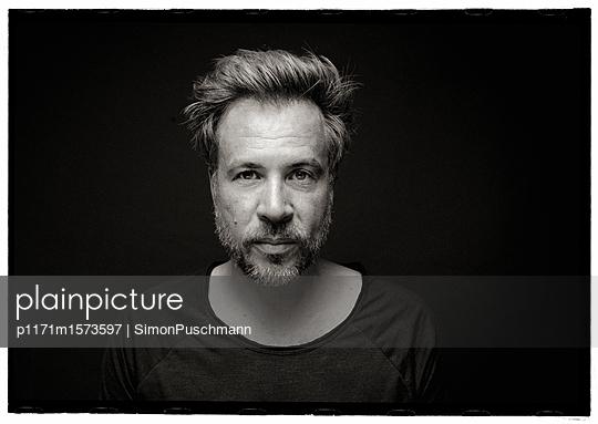 Ernster Mann - p1171m1573597 von SimonPuschmann