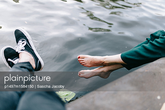 Beine schwingend über Wasser - p1497m1584150 von Sascha Jacoby
