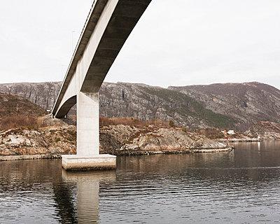 Brückenpfeiler in Felsenlandschaft - p1214m2258726 von Janusz Beck