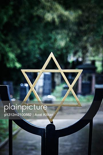Jüdischer Friedhof mit Eingangstor und Davidstern  - p1312m2100882 von Axel Killian