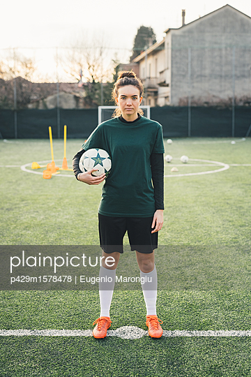plainpicture - plainpicture p429m1578478 - Portrait of female football... - plainpicture/Cultura/Eugenio Marongiu
