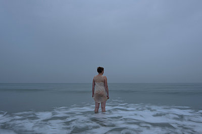Woman in the sea, at dusk - p1132m925527 by Mischa Keijser