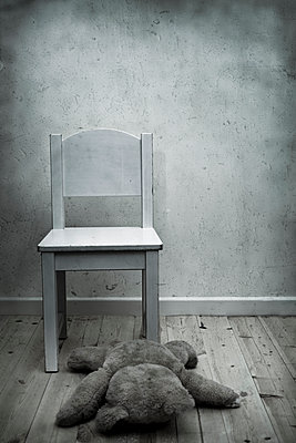 White wooden chair - p1228m1109076 by Benjamin Harte