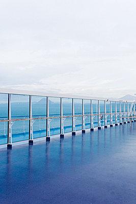 Blaue Reling auf griechischem Schiff - p1497m2150215 von Sascha Jacoby