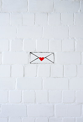 Love letter against white wall - p237m1584217 by Thordis Rüggeberg