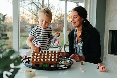 Mother with son making gingerbread house - p312m2091593 by Anna Roström