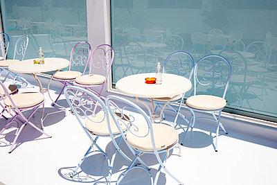 Empty tables in the sunshine - p719m2285929 by Rudi Sebastian
