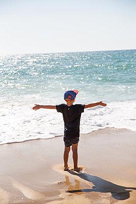 Boy on the beach - p756m2125046 by Bénédicte Lassalle