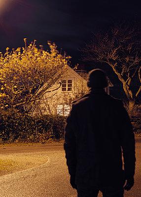 Mann geht auf Haus zu bei Nacht - p1124m1193545 von Willing-Holtz