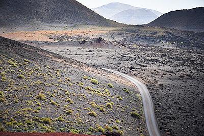 Gewundene Straße auf Lanzarote - p851m1362507 von Lohfink