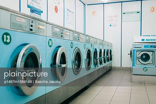 Waschsalon mit türkisblauen Waschmaschinen - p1497m1584149 von Sascha Jacoby