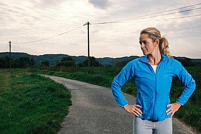 Blonde Frau in Trainingskleidung - p586m971663 von Kniel Synnatzschke