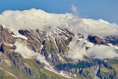 Bergkette im Nebel - p704m1476002 von Daniel Roos