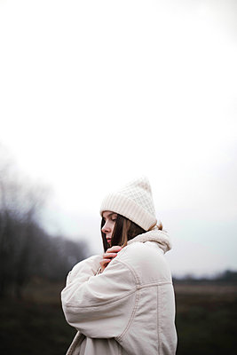Portrait of a beautiful young woman in warm clothes outdoors - p1166m2153389 by Cavan Images