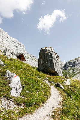 Wanderweg in den Alpen - p248m1058332 von BY
