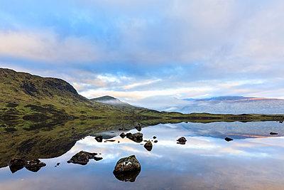 Great Britain, Scotland, Scottish Highlands, Glencoe, Rannoch Moor, Lochan na H?Achlaise - p300m2059926 by Fotofeeling