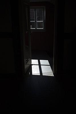 sonne scheint durch ein fenster und wirdt ein lichtquadrat auf den boden - p627m1035217 von Chris Keller