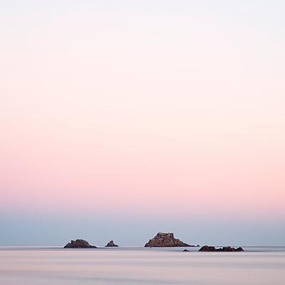 Bretagne Felsen im Meer - p992m2055070 von Carmen Spitznagel