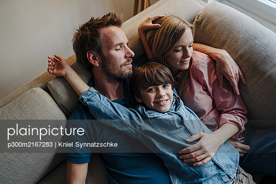 Happy family relaxing on couch - p300m2167283 by Kniel Synnatzschke