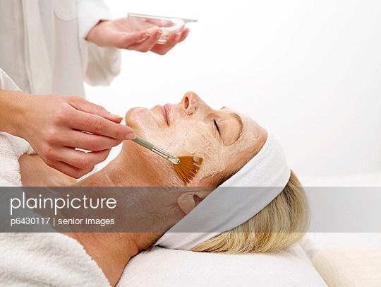 Kosmetikerin trägt Gesichtsmaske auf  - p6430117 von senior images