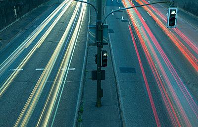 Germany, North Rhine-Westphalia, Duesseldorf, View of traffic on street - p300m973543 by reka prod.
