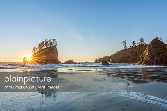 Sun rising over rock formations on beach,rural, Washington, USA - p1100m2084558 by Mint Images