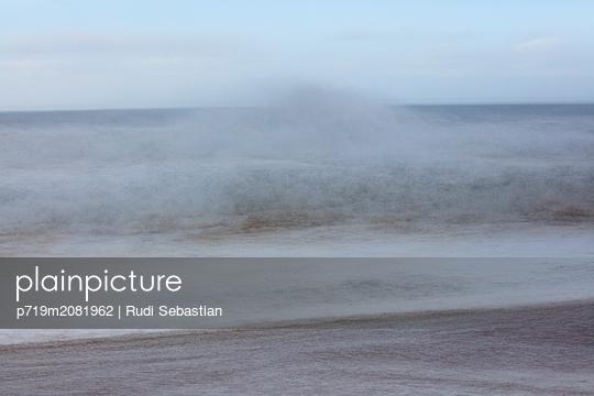 Strand und Wellen in Nazaré - p719m2081962 von Rudi Sebastian