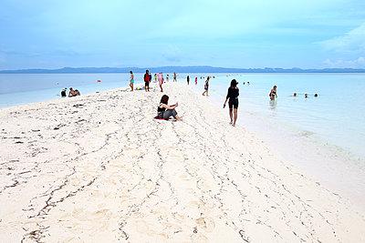 People on beach, KalaggamanIsland, Philippines - p1166m2201571 by David Santiago Garcia