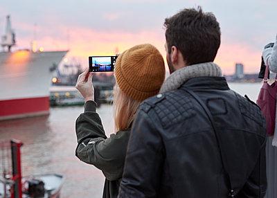 Paar an den Landungsbrücken mit Smartphone - p1124m1219000 von Willing-Holtz