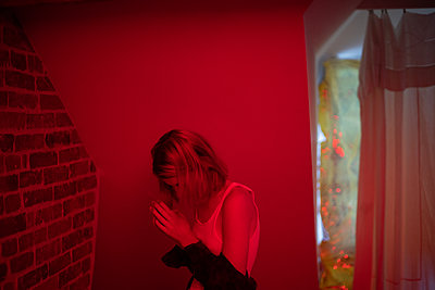 Frau in rotem Licht - p1321m2141714 von Gordon Spooner