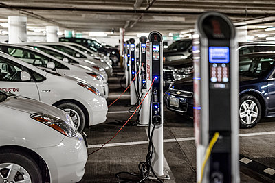 Electric cars at charging points - p846m1355395 by exsample