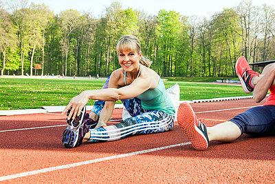 Sportive woman - p904m1031336 by Stefanie Päffgen