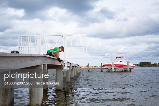 Kinder auf Pier am Wasser - p1308m2065266 von felice douglas