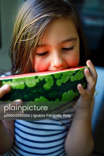 Girl with brown hair eating fresh watermelon - p300m2252004 by Ignacio Ferrándiz Roig