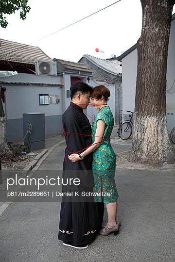 Asiatic couple, bound together, symbolic image - p817m2289661 by Daniel K Schweitzer