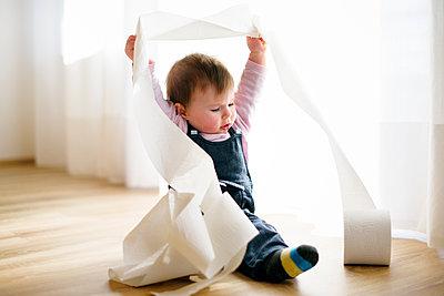 Baby rollt Toilettenpapier ab - p1196m1201701 von Biederbick & Rumpf