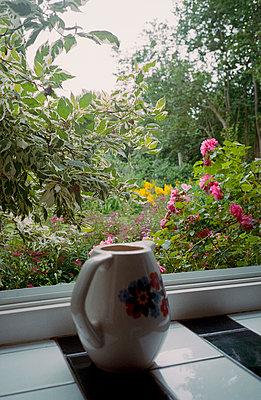 Blick aus dem Fenster in den Garten - p1210m1564798 von Ono Ludwig