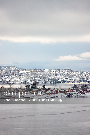 Verschneite Inselsiedlung in Norwegen - p754m2055664 von Valea Diller-El Khazrajy