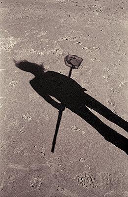 Schatten einer Frau mit einem Fischernetz für Kinder - p1433m1538693 von Wolf Kettler