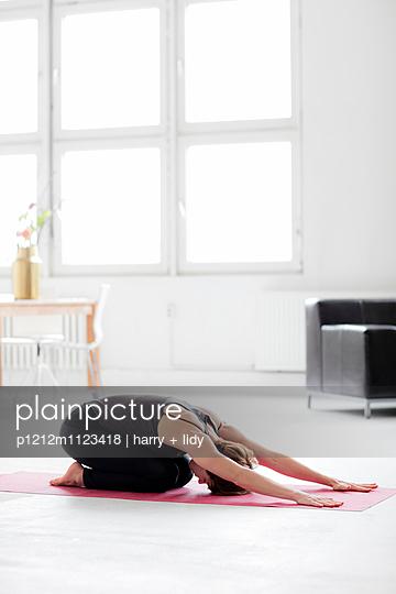 Yogapose Kind - p1212m1123418 von harry + lidy