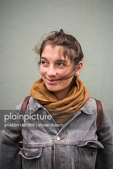 Portrait einer jungen Frau  - p1422m1487909 von Vivian Rutsch