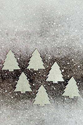 Sechs silberne Weihnachtsbäume - p451m2141476 von Anja Weber-Decker