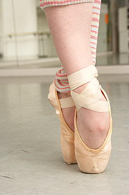 Caucasian ballet dancer's feet on pointe - p555m1420375 by Tanya Constantine