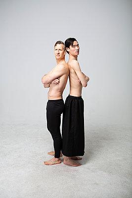 Gay couple, portrait - p817m2283841 by Daniel K Schweitzer