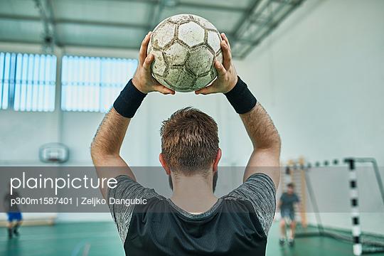 Close-up of indoor soccer player throwing in the ball - p300m1587401 von Zeljko Dangubic