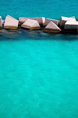 Wellenbrecher an der Küste - p1032m1466380 von Fuercho