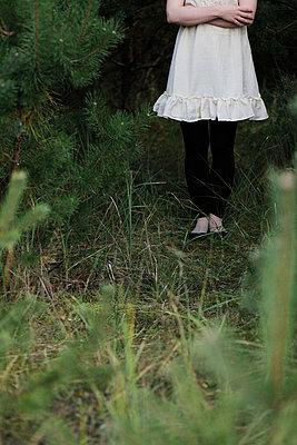 Frau im Wald - p1220m1051378 von Schall & Schnabel