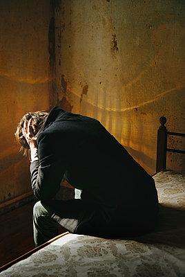 Verzweifelter Mann in einer tristen Abstiege - p1577m2150235 von zhenikeyev