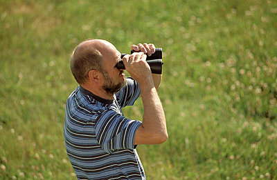 Mit dem Fernglas beobachten - p2200244 von Kai Jabs